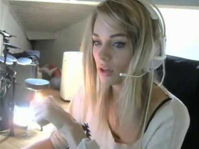 【苦笑】ライブチャット中に美女の髪が燃えてしまった!