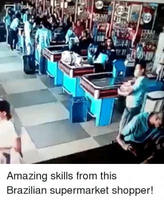 【神ワザ!】スーパーマーケットで落下したものを見事な足技で!