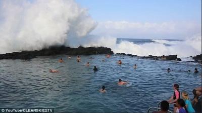 【衝撃!】天然プールにビックウェーブ!