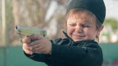 【苦笑】父親が子供に拳銃で遊ばせてる・・・・・赤ちゃんに銃口が!