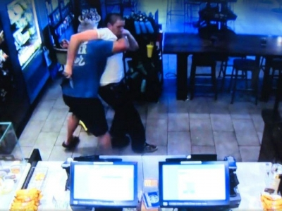 【苦笑】スターバックスを強盗しようとした男を客が取り押さえた!