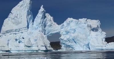 【スゴイ!】巨大な氷山が割れる・・・・・神秘的で壮大なスゴイ映像!