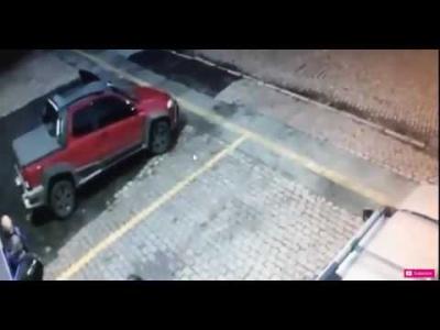 【衝撃!】警察官を狙って撃ってきた2人に反撃!