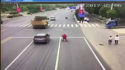 【衝撃!】バイクがトラックの燃料タンクに激突・・・・・火だるまに!(観覧注意!)