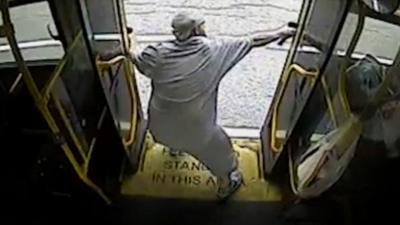 【衝撃!】バスの中から銃撃戦!こいつイカレてる・・・・・