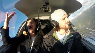 【サプライズ】飛行機が落ちる!?と思ったらサプライズプロポーズ!ちょっと感動です!