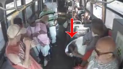 【衝撃!】バスで座っていた女性の窓が粉砕・・・・弾丸なのか?石なのか?