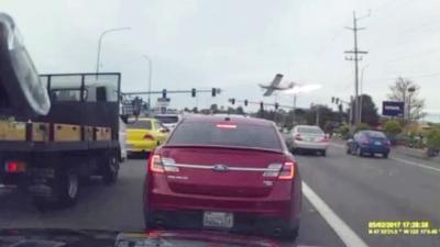 【衝撃!】渋滞している道路に突然飛行機墜落!!