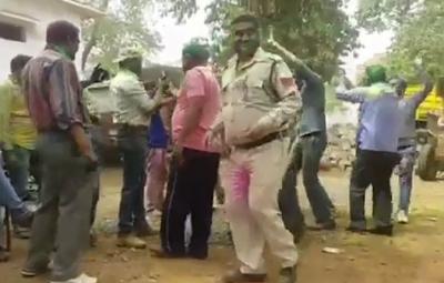 【衝撃!】インドの警察官が誤射で事故死・・・・・(観覧注意!)