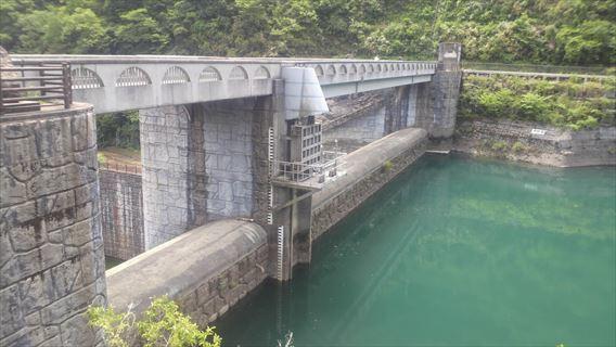 石小屋ダムダム湖側