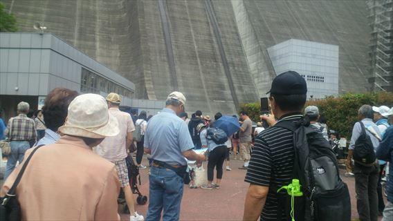 観光放流を見に来た人たち