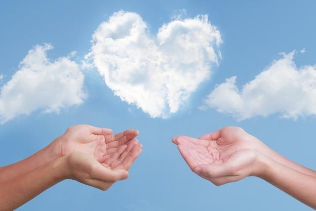 ハートの雲 2人の両手