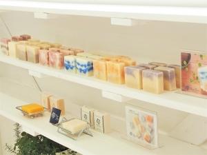 店舗に並ぶ石鹸_1
