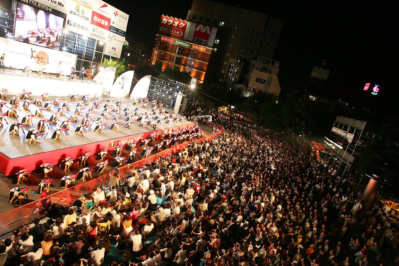 Yosakoi_Performers_at_Kochi_Yosakoi_Matsuri_2005_73.jpg