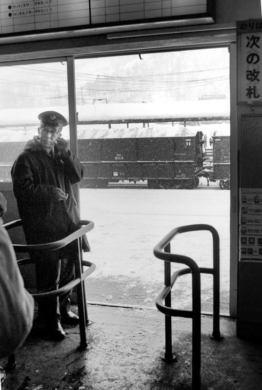 三菱石炭鉱業 清水沢改札口と駅員1 1984年2月 日 16bitAdobeRGB原版 take1b