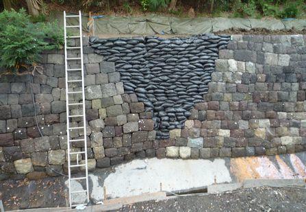 石組みの一部に土のうの様なものが