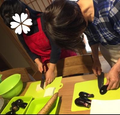 茄子と高野豆腐を切ってます