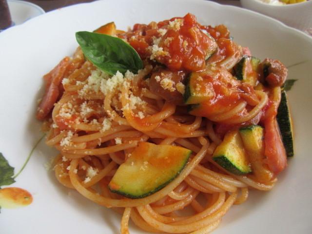 ズッキーニとチーズのトマトソースパスタ