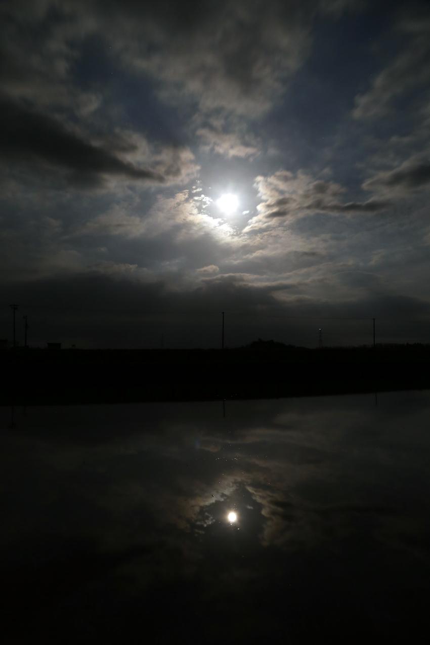20170511水田に映る満月