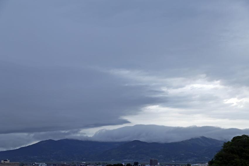 20170515束稲山にかかる雲