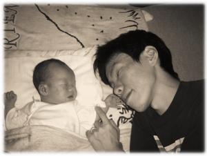 その小さな手はパパより大きな勇気の持ち主