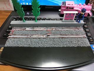 バラスト散布が終った「若桜鉄道 C12-167用 展示ケース」