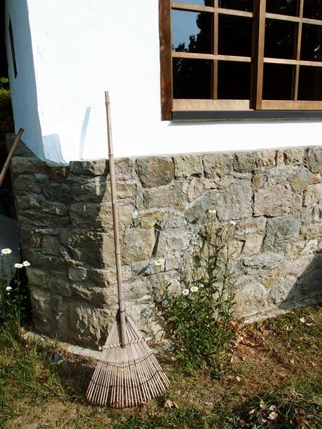 石積みの壁と熊手