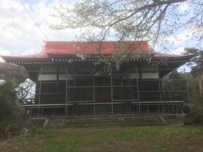 平時居館ではないかと思われる場所に建つ諏訪神社