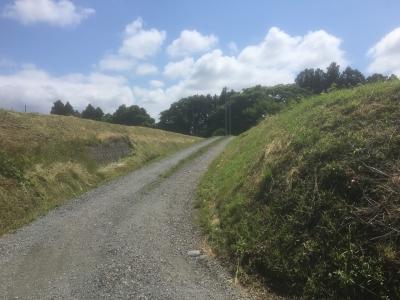 郭内部に向かう農道