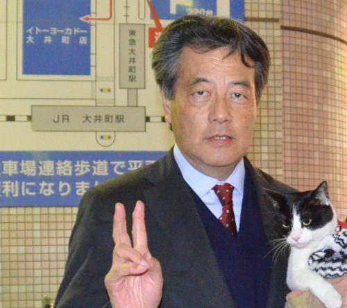 岡田克也先生 三重3区 Vサイン