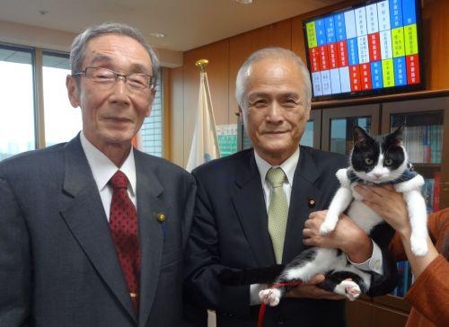山本環境大臣と小川大使と猫ジャンヌ 500