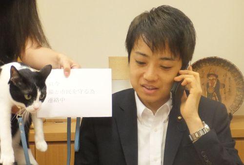 武藤貴也先生 県警本部長に電話中 500