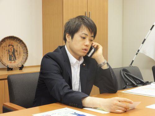 電話をしている武藤先生