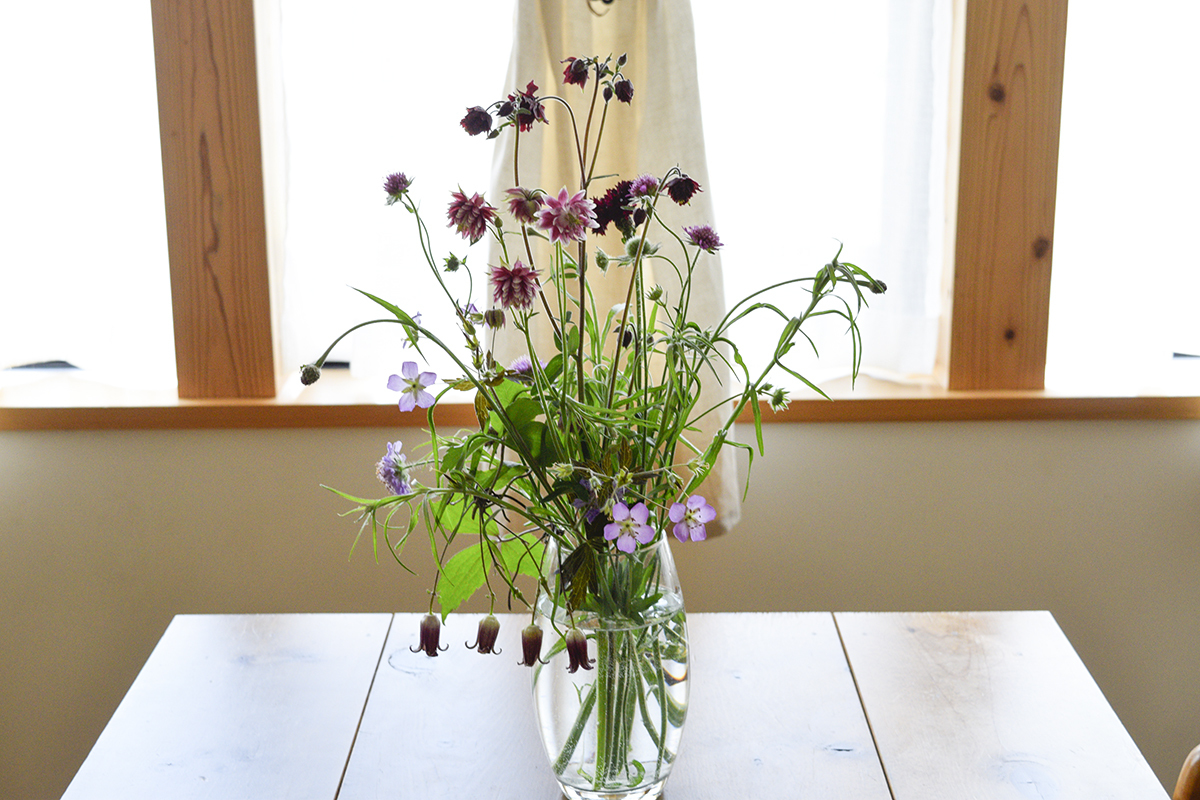庭の花を生けた花瓶