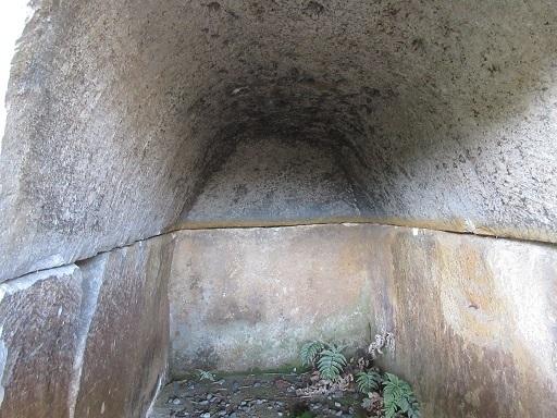 白石の石棺12石棺内部