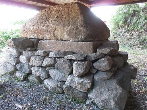 白石の石棺石積み