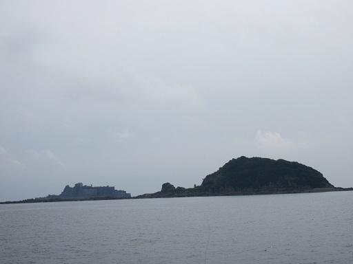 船上より右中ノ島・左軍艦島