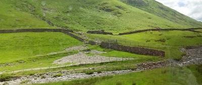 1車窓から 好きな風景、石垣と牧草地