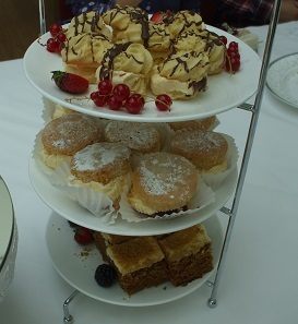22ケーキが一人三個も。甘い!