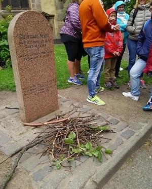 24ボビーのお墓には枝のお供えが