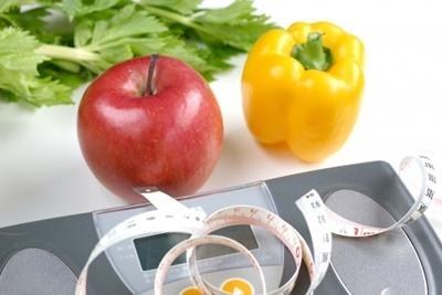 体重計とリンゴパプリカ