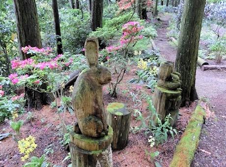 山草園 木彫りのオブジェ