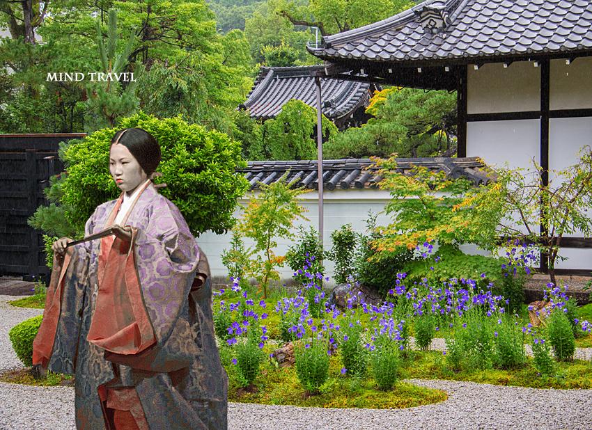 蘆山寺 桔梗と平安装束の女性
