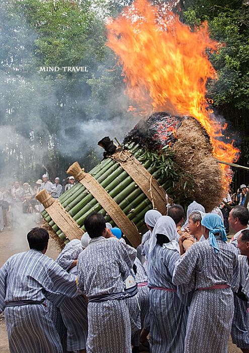 ほうらんや火祭り 春日神社 松明をたてる