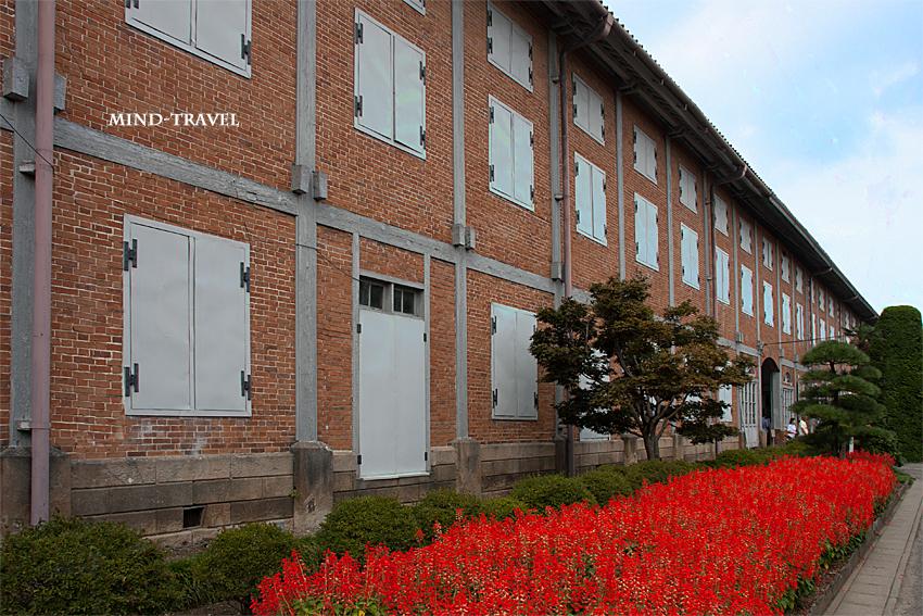 富岡製糸場 工場とサルビア
