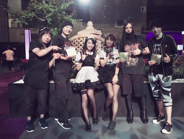 神バンドメンバーとBAND-MAIDのメンバーが一緒に写真をパシャリ!w【海外の反応】