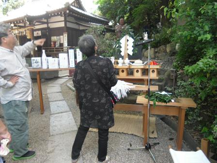11 慰霊祭の祭壇と銅像