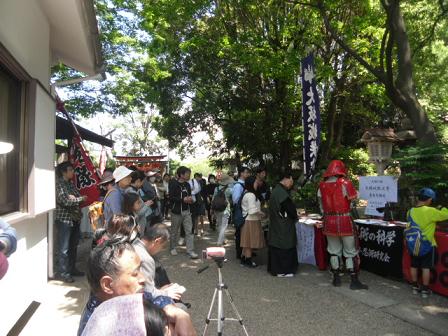 13 慰霊祭を待つ人々