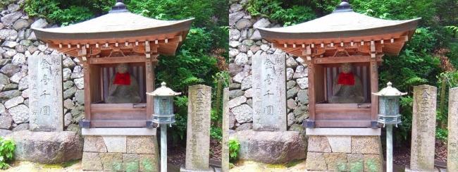 矢田寺 石段踊り場の地蔵尊(交差法)