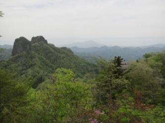 山頂からの鹿岳と遠方の浅間山